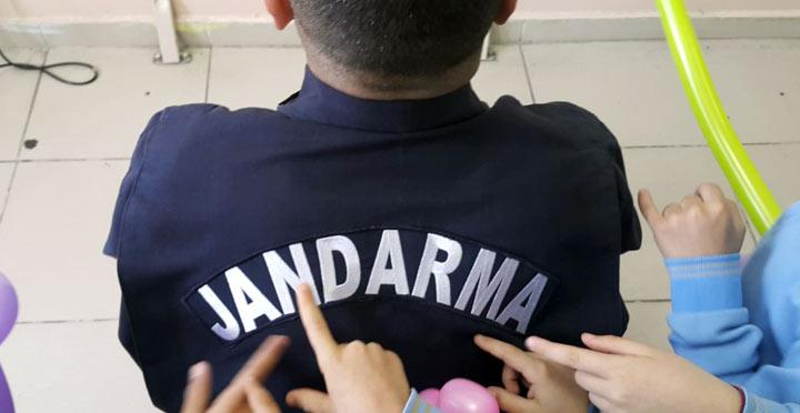 """Öğrencilerden Jandarma sınıfımda """"J"""" harfini öğreniyorum etkinliği"""