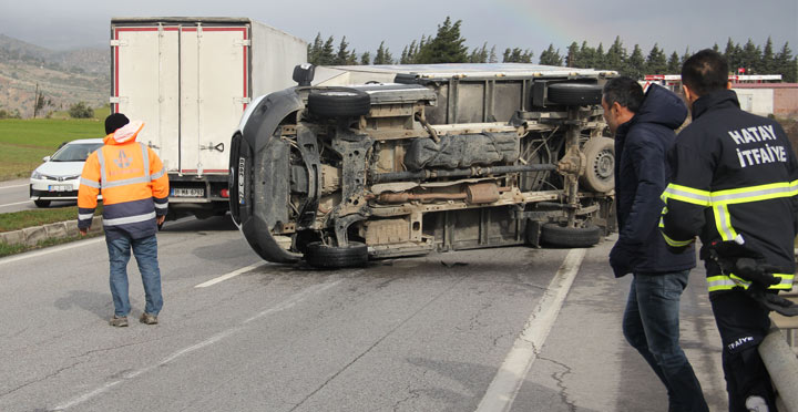 Fırtına seyir halindeki kamyoneti devirdi