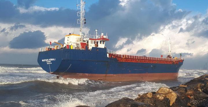 Fırtınadan sürüklenen yük gemisi karaya oturdu