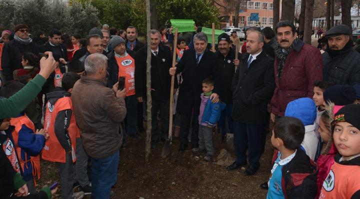 """Kırıkhan'da """"Geleceğe bir fidan da sen dik"""" projesiyle okullar yeşeriyor"""