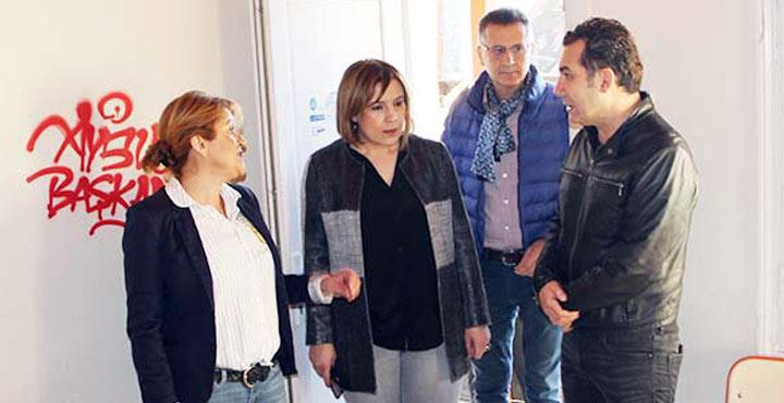 Ünlü şarkıcı Ferhat Göçer Hatay'da yardım derneğini ziyaret etti