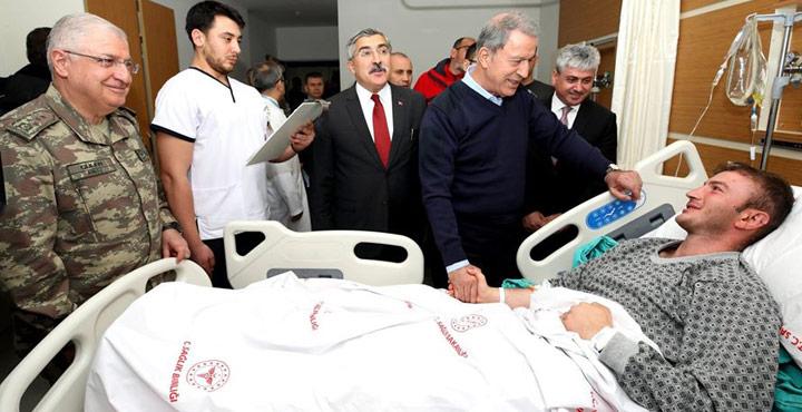 Bakan Akar'dan yaralı askerlerimize ziyaret