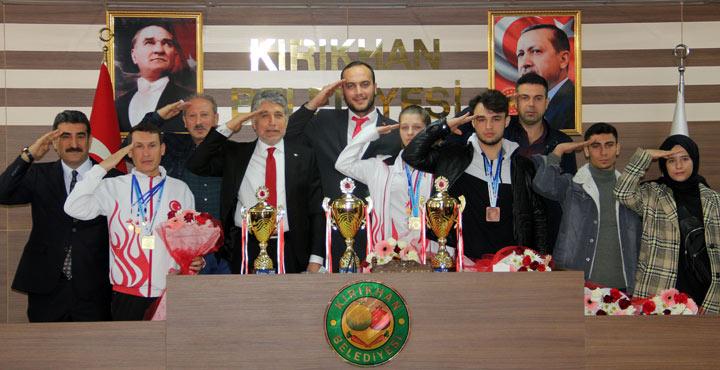 Avrupa Şampiyonu sporcular ödüllerini Mehmetçiğe hediye etti