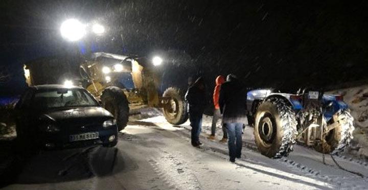 Kar nedeniyle yolda kalan vatandaşları Jandarma kurtardı