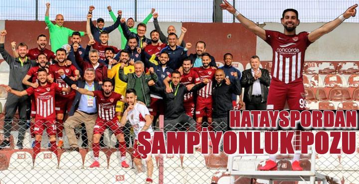 Futbolcular galibiyeti tribünde kutladı