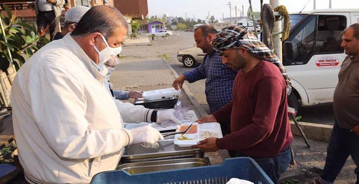 Payas'ta Yasağa Takılan TIR Şoförlerine Yemek Yardımı