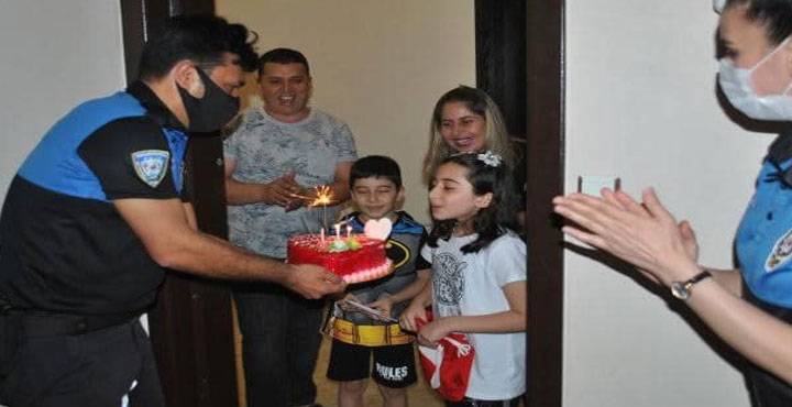 Polisler'den 9 yaşındaki Elif'e doğum günü sürprizi