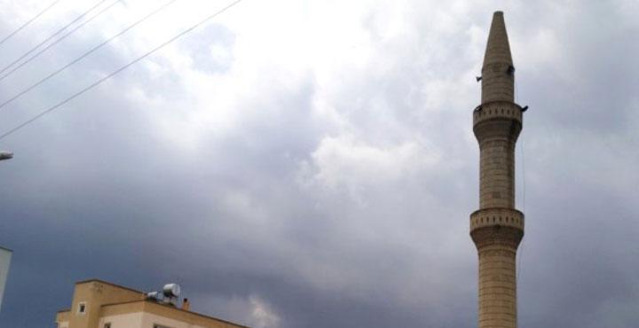 Yıldırım düşen cami minaresinde hasar oluştu