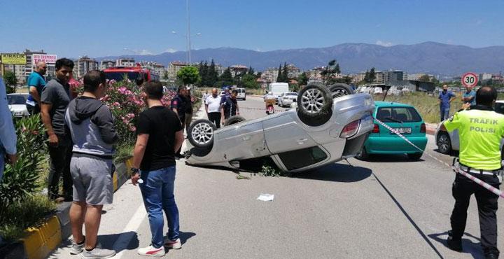 Hatay'da Seyir Halindeki Araç Karşı refüje Geçti, 3 Yaralı