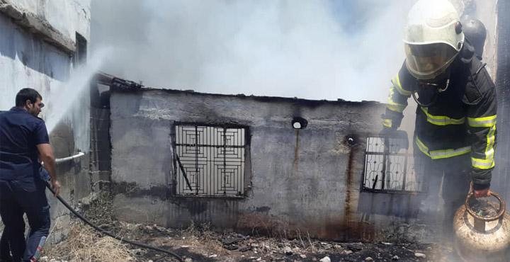 Kırıkhan'da yangın çıkan ev kullanılamaz hale geldi