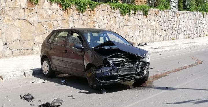 Kontrolden çıkan araç duvara çarptı