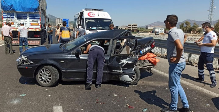 Hassa'da Tır Taksiyi Ezdi; 4 Yaralı