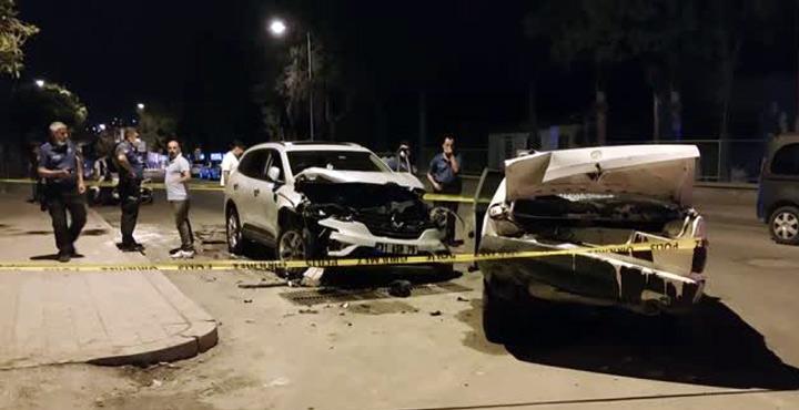 Park halindeki araca çarpan otomobil sürücüsü yaralandı