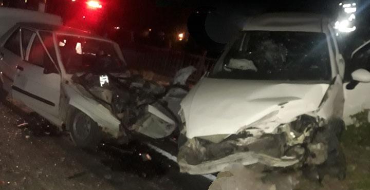 İki otomobil kafa kafaya çarpıştı; 1'i ağır 4 yaralı