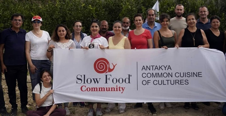 Slow Food ekibi çiftçilerle bir araya gelerek Nar Ekşisi yaptı