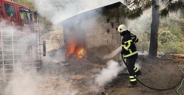 Erzin'deki Odunluk Yangını Ormanlık Alana Yayılmadan Söndürüldü