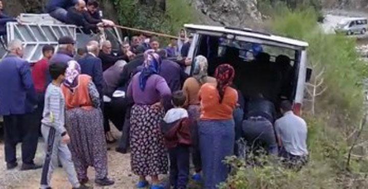 Minibüs Dereye Düşmeden Vatandaşlar Kurtardı