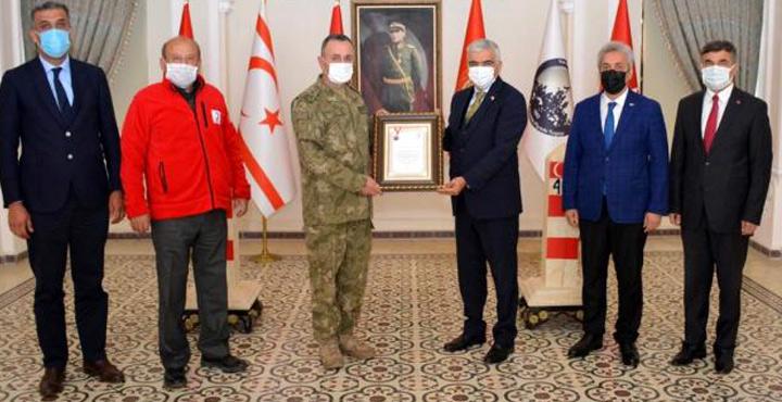 Tuğgeneral Kılıç'a Kızılay madalyası