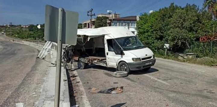Kontrolden çıkan minibüs önce yayaya sonra direğe çarptı