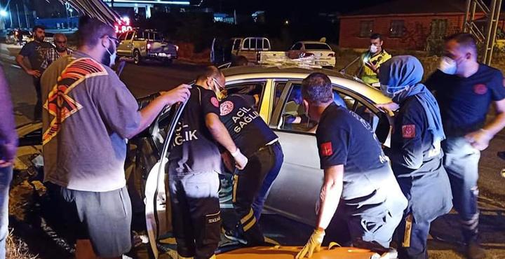 Otomobiliyle elektrik direğine çarpan polis hayatını kaybetti