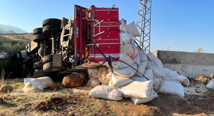 Devrilen saman yüklü kamyonun sürücüsü yaralandı
