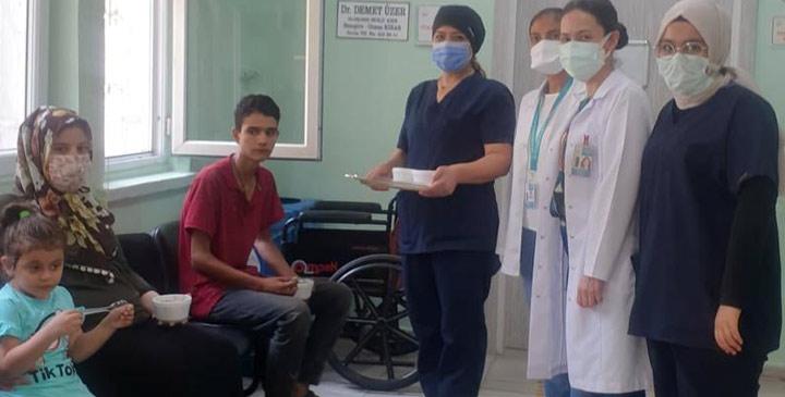 Aşı olmaya gelene sağlık çalışanlarından 'aşure' sürprizi