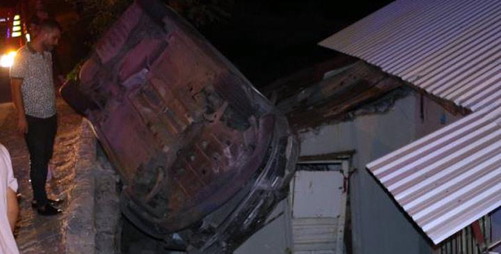 Otomobil evin üstüne devrildi