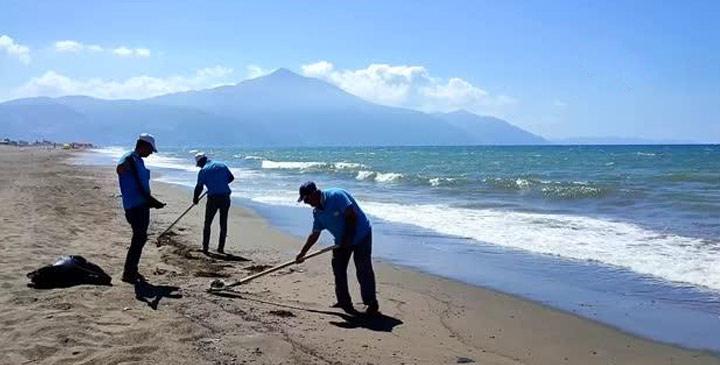 Samandağ sahilindeki petrol atığı temizleniyor